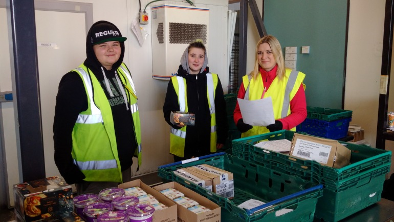 jordan-chloe-and-adele-superstar-volunteers-with-co-op-food-at-faresha